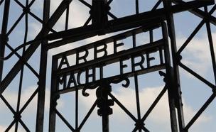 השלט הנעדר. שער הכניסה למחנה הריכוז דכאו (צילום: AP)