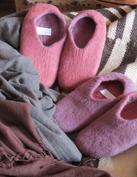 חורף, גלרייה לאל במושב כמון, נעלי בית מצמר מידות 1 (צילום: טובה אדמוני)