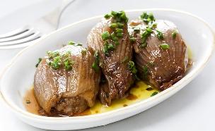 בצלים ממולאים בשר עגל ואורז עגול (צילום: אסף אמברם, אוכל טוב)