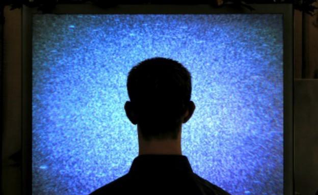 איש מול מסך טלוויזיה