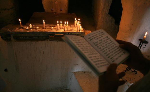 קברי צדיקים, חוני המעגל, נרות, תפילה, סידור, קבר (צילום: פלאש 90)