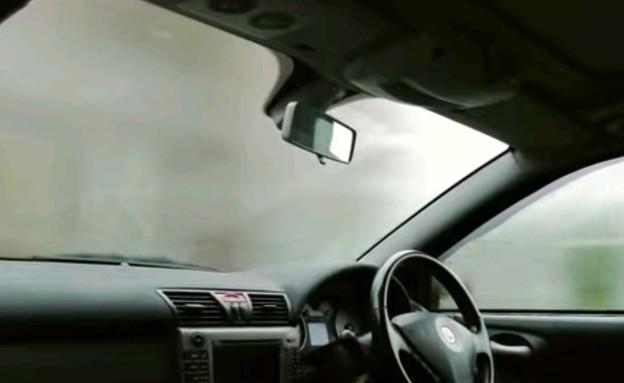 אדים באוטו (צילום: יוטיוב)