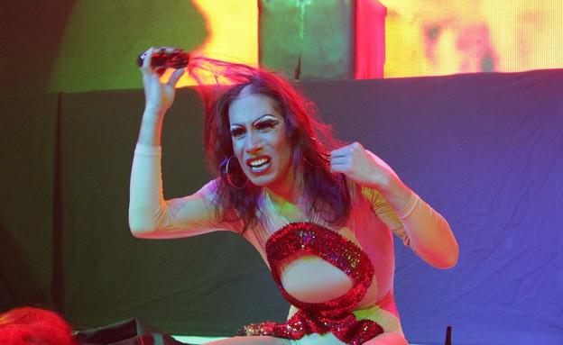 סיליה מקיאטו עושה קרחת על הבמה (צילום: גיא גודורוב)