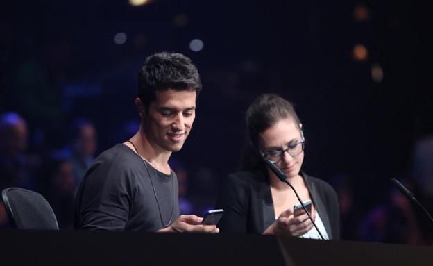 הראל סקעת וקרן פלס בטלפון (צילום: אורטל דהן)