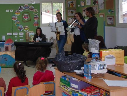 מלווים את הקריאה בנגינה והמחזה. תלמידי כפר גלים