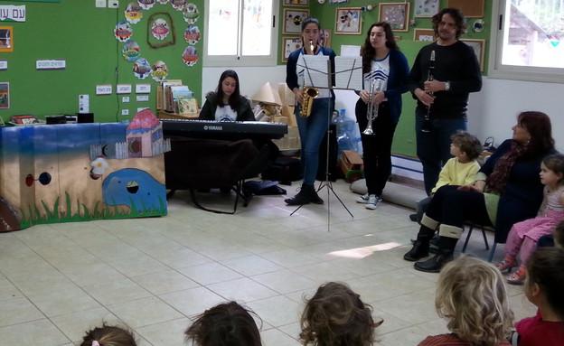 מלווים את הקריאה בנגינה והמחזה. תלמידי כפר גלים (צילום: באדיבות עינת גז-כהן)