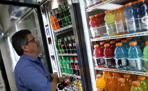 גובר עומד מול מקרר משקאות קלים (צילום: Joe Raedle, GettyImages IL)
