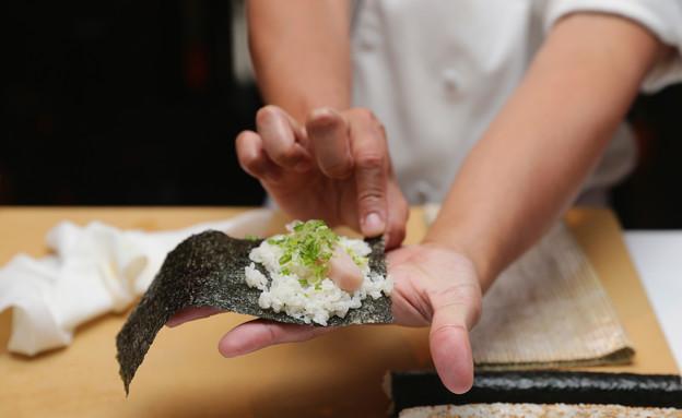 סדנה להכנת סושי (צילום: Neilson Barnard, GettyImages IL)