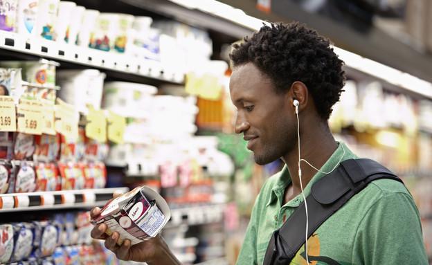 גבר בודק מרכיבים של מוצרים בסופרמרקט (אילוסטרציה: thinkstock)