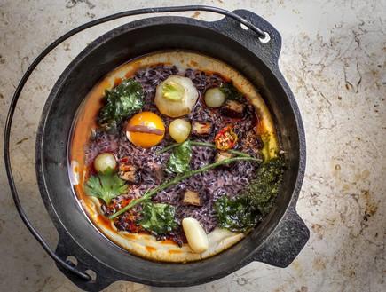 אורז שחור במטבח של רמה (צילום: אנטולי מיכאלו,  יחסי ציבור )