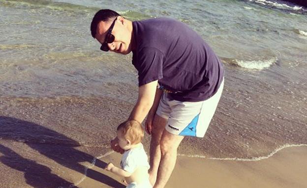 סער עם הבן, בחוף הים (צילום: פיסבוק)
