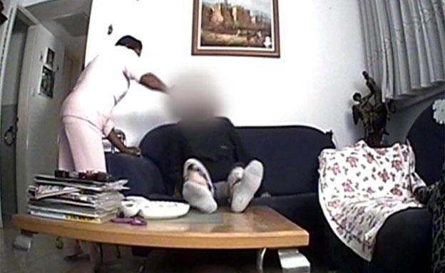 """הטרדת קשישה בביתה ע""""י המטפלת (צילום: חדשות 2)"""