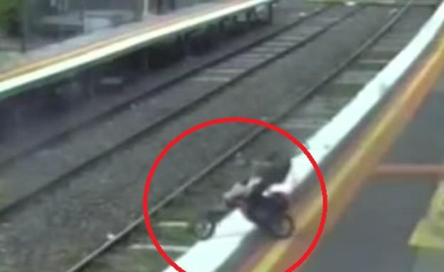 תינוק נפל לפסים (צילום: יוטיוב)