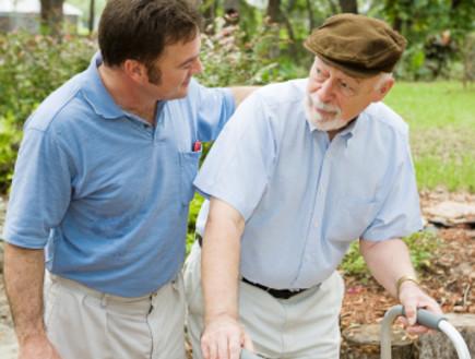 קשיש עם הליכון ובנו (צילום: lisafx, Istock)