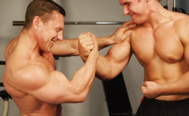 שני בחורים שריריים בחדר כושר (צילום: Anna Lubovedskaya, Istock)