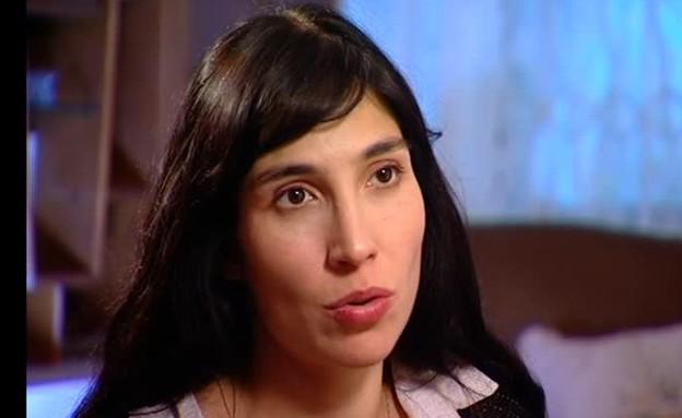 ורד פלדמן מדברת על אביה הביולוגי (תמונת AVI: מתוך אנשים, שידורי קשת)
