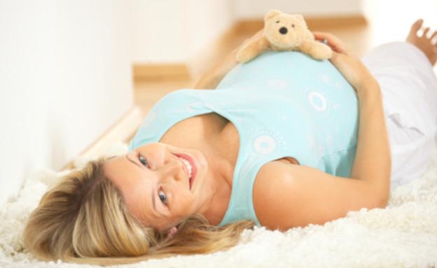 אישה בהריון עם דובי על הבטן (צילום: אימג'בנק / Thinkstock)