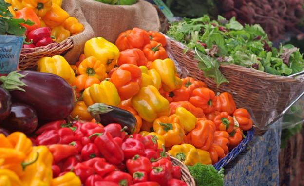 פלפלים וירקות בשוק (צילום: Bruce Block, Istock)