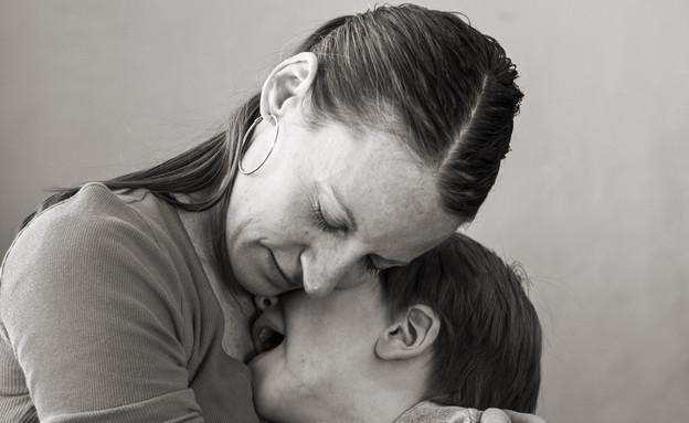 אמא מחבקת ילד בוכה (צילום: ejwhite, Thinkstock)