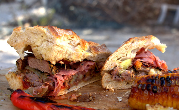 כריך רוסטביף וירקות צלויים  (צילום: אפיק גבאי, אוכל טוב)