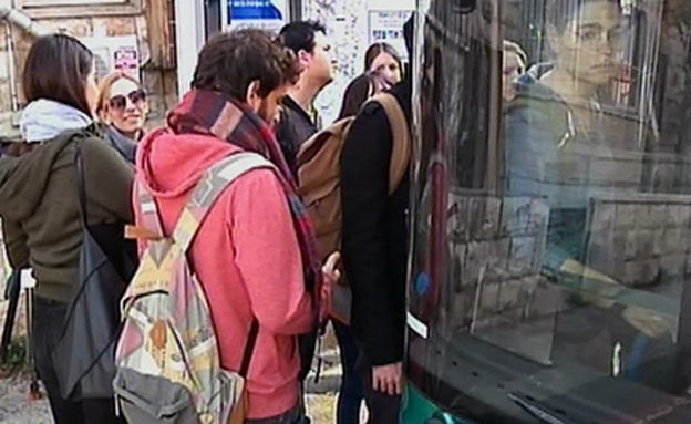 דוחק וזמני המתנה ארוכים בתחבורה הציבורית (צילום: חדשות2)