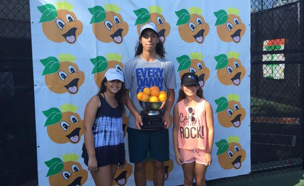 כבוד עולמי: עוליאל עם הגביע (צילום: איגוד הטניס בישראל)