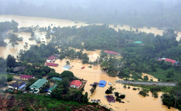 יותר מ-100 אלף תושבים פונו (צילום: רויטרס)