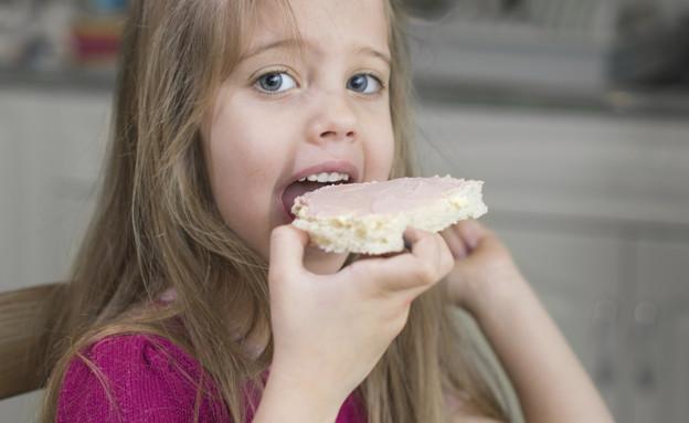 ילדה אוכלת כריך (צילום: אימג'בנק / Thinkstock)