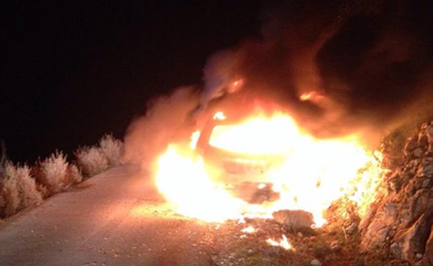"""מחבלים יידו בקת""""ב לעבר רכב ישראלי (צילום: חדשות 2)"""