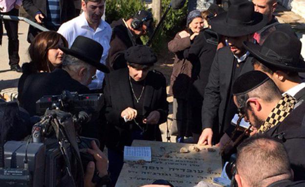 ליד קברו של מרן, היום (צילום: חדשות 2)