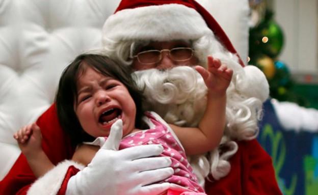 ילדה בוכה על סנטה קלאוס (צילום: טוויטר)