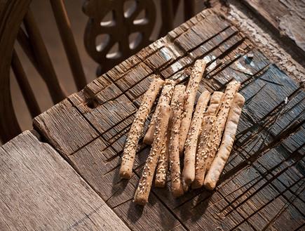 גריסיני פריך עם קמח מלא . טעים בלי כלום (צילום: אפיק גבאי, לאפות, לבשל, לאהוב)