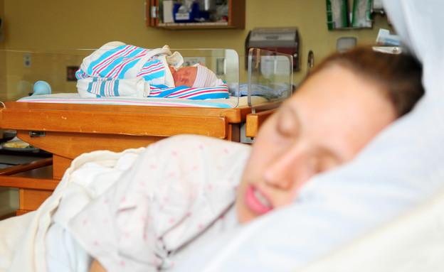 אמא עייפה תינוק  לידה - איומים על הריוניות (צילום: Naomi Bassitt, Thinkstock)