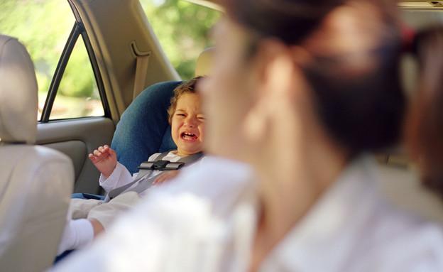 אמא נוסעת ילד בוכה - איומים על הריוניות (צילום: Brand X Pictures, Thinkstock)