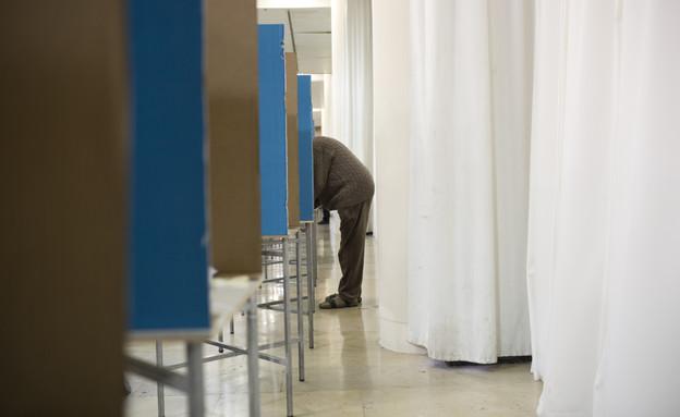 חבר ליכוד מצביע בפריימריז. 31 בדצמבר 2014 (צילום: ap)