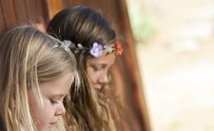 ילדות משחקות בסמארפונים  (צילום: טינקסטוק)