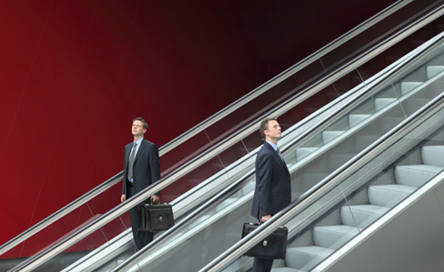 אנשי עסקים עולים במדרגות (צילום: Visivasnc, Thinkstock)
