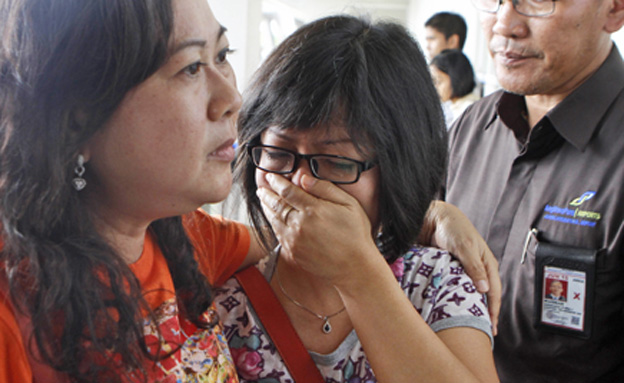 משפחות הנוסעים ממתינות להודעה (צילום: AP)