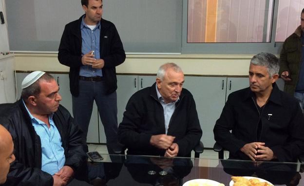 אהרונוביץ' עם עובדי המפעל (צילום: חדשות 2)