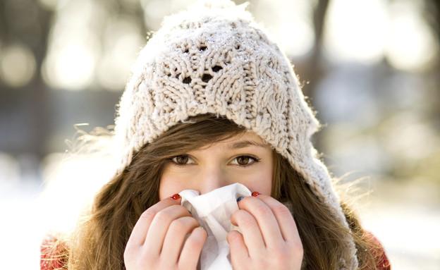 בחורה מקנחת את האף (צילום: אימג'בנק / Thinkstock)