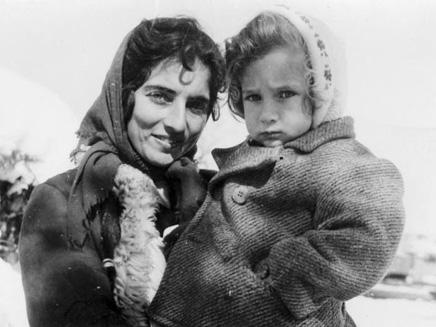 אם ובתה בשלג בגן שמואל