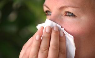 אישה מקנחת את האף-קלוז אפ (צילום: LuisPortugal, Istock)