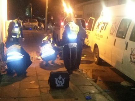 """זירת הרצח בחולון, אמש (צילום: זק""""א תל אביב)"""