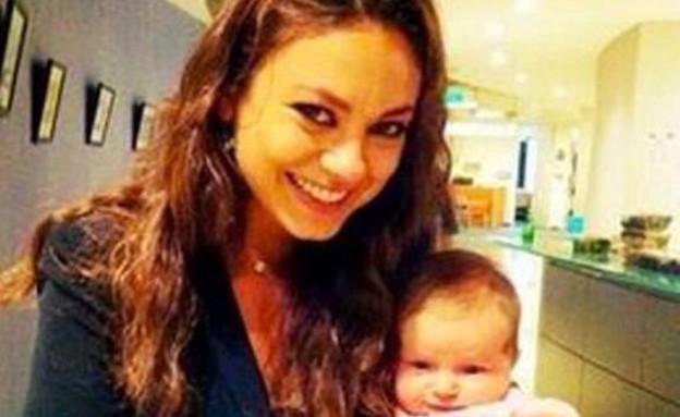 אשטון קוצ'ר ומילה קוניס עם התינוקת, יננואר 2015 (צילום: twitter)
