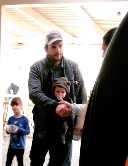 אשטון קוצ'ר ומילה קוניס עם התינוקת, יננואר 2015