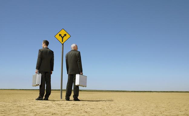 אנשי עסקים עומדים בצומת דרכים (אילוסטרציה: Mike Watson Images, Thinkstock)