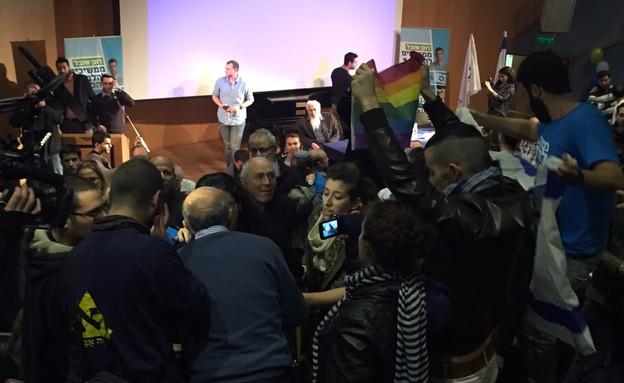 פעילים גאים פורצים לכנס הבית היהודי (צילום: אור גץ)