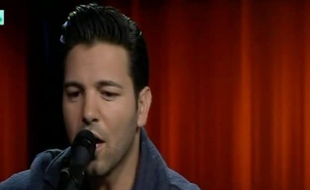"""הראל מויאל בביצוע אקוסטי לשיר """"לבדי"""" (תמונת AVI: מתוך בקטע טוב, ערוץ 24)"""