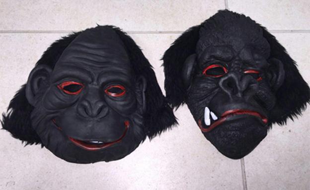 מה עושים 3 חשודים עם מסכות קוף לאור יום? (צילום: עזרי עמרם)