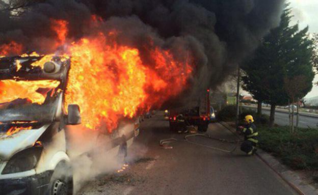 רכב ההסעות שעלה באש (צילום: דוברות כבאות ירושלים)